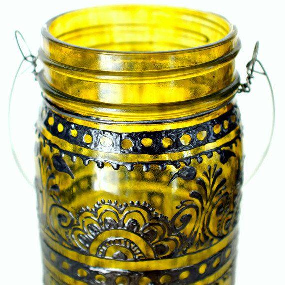 Main peinte Mason Jar lanterne, canari jaune verre teinté avec Accents noirs