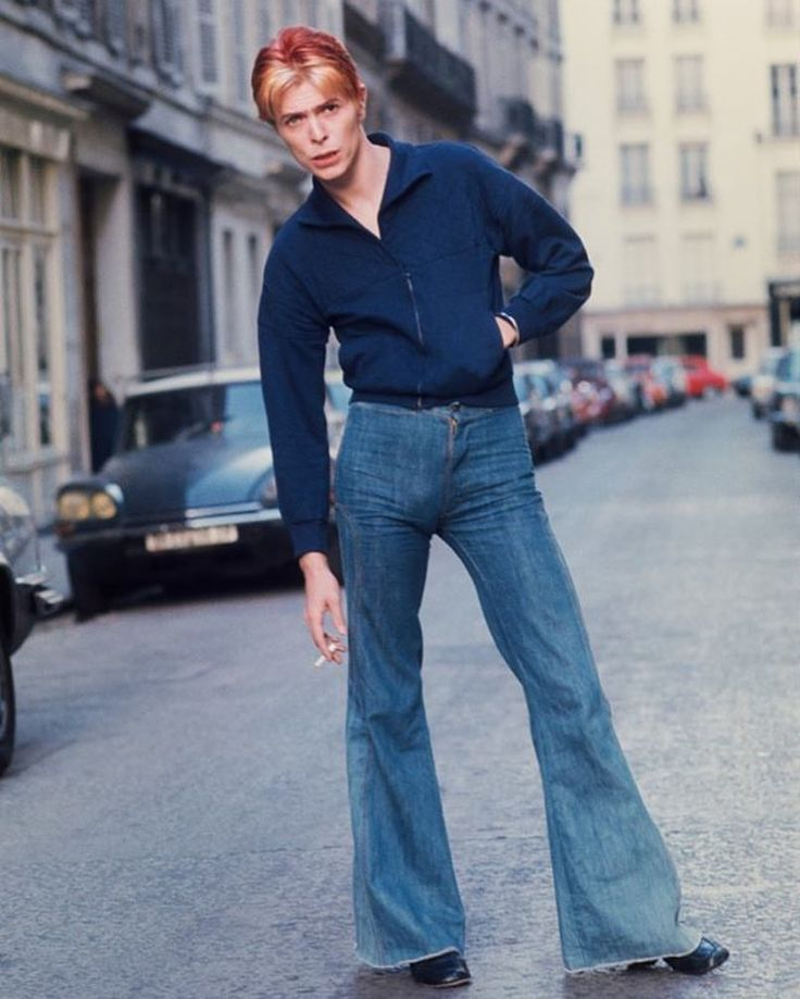 """Mi piace"": 109.4 mila, commenti: 2,458 - History In Pictures (@historyphotographed) su Instagram: ""David Bowie outside L'Hotel in the left bank, Paris, 1976. Photograph by Andrew Kent."""