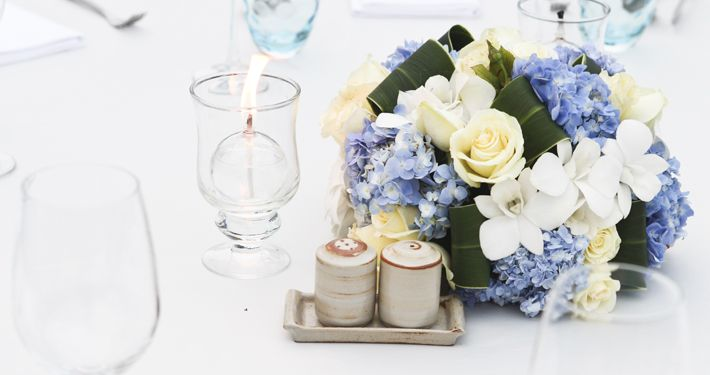 Centrotavola con fiori bianchi e azzurri @soniafigone