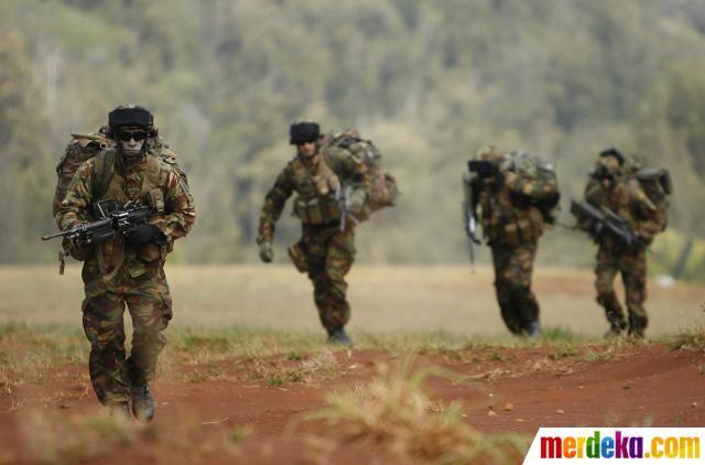 Pasukan khusus Selandia Baru, turun dari helikopter marinir AS, saat latihan perang bersama RIMPAC 2012 di pulau Oahu, Hawai (31/07).