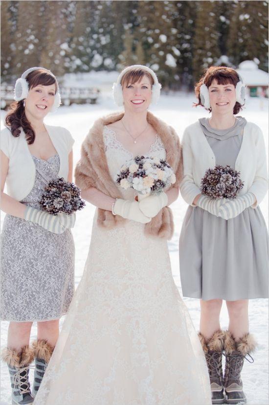 イヤーマフとミトン手袋を足すだけでキュートな印象に❤︎秋・冬の挙式で参考にしたいウェディングドレス・花嫁衣装参照一覧♪