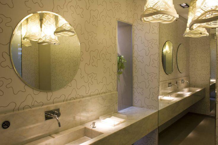 Los reflejos y los brillos han sido de gran inspiración para tantos cuentos y mitos que han desarrollado historias fantásticas en torno a los espejos. Se dice que en el siglo XVI el espejo comenzó a usarse dentro de las habitaciones y hacia fines del siglo XVII se desarrolla de manera industrial en grandes dimensiones. Lo cierto es que los espejos son elementos que nunca faltan en nuestra casa. Sirven para decorar, para ampliar un espacio y para arreglarnos frente a ellos.Los espejos de baño…