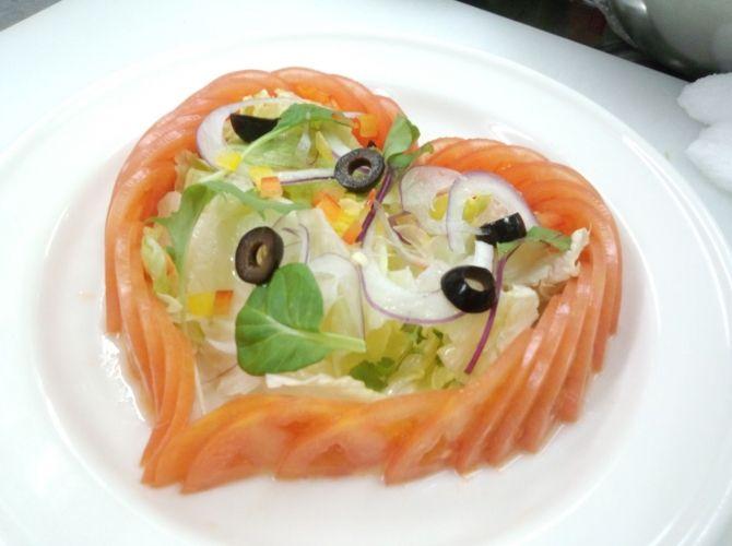 かわいいハートのフレッシュトマトサラダ