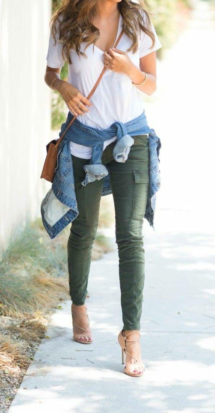 quoi mettre avec un pantalon kaki, sandales beige et t-shirt blanc