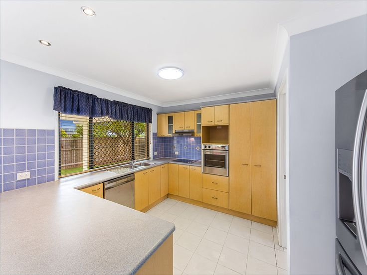 5 Diana Pl, Manly West - Kitchen