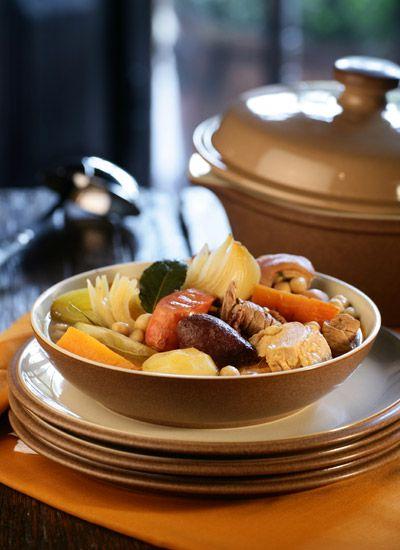 Cocido madrileño. Este es uno de los platos más tradicionales de España. Es un plato único y potente que generalmente se consume durante el invierno. Se relaciona bien con vinos tintos vigorosos con paso por madera. Algunas cepas adecuadas son el Cabernet Sauvignon o el Malbec.