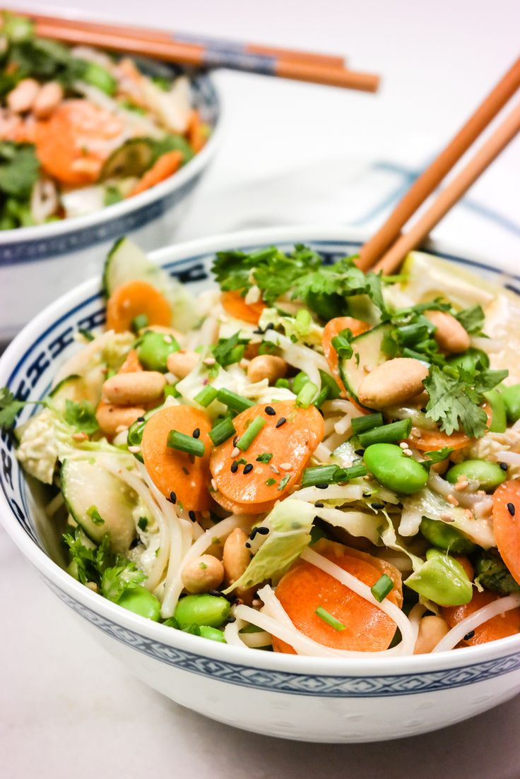 Asiatisk salat med grønnsaker, risnudler, peanøttsaus og lime