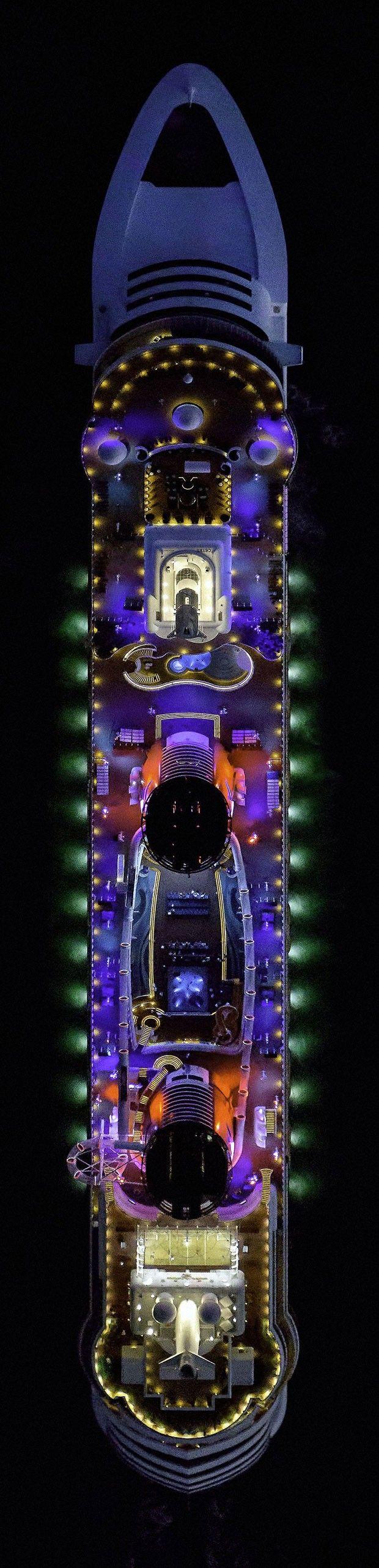 Disney Dream, cruzeiro do estúdio americano, é visto à noite com suas luzes coloridas acesas (Foto: Jeffrey Milstein/Rex Features)