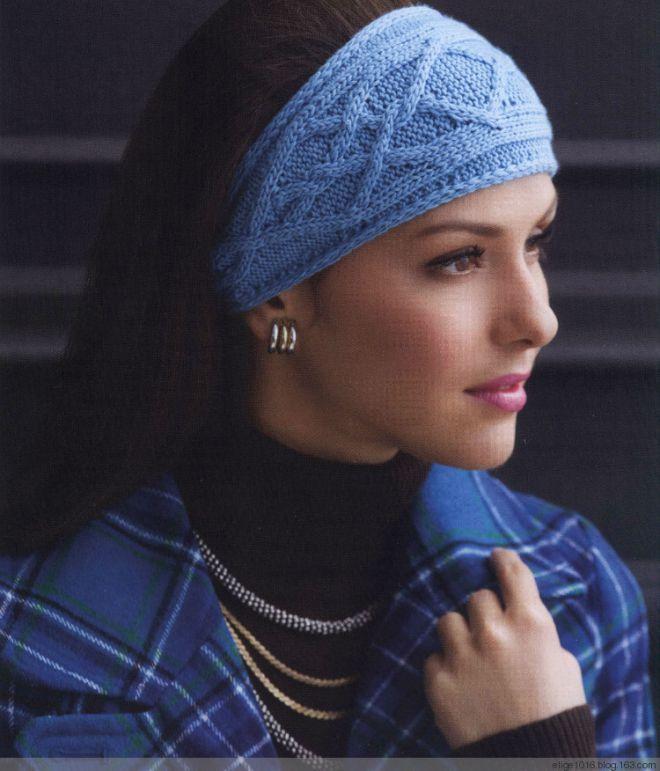 Стильная повязка на голову, связанная спицами.