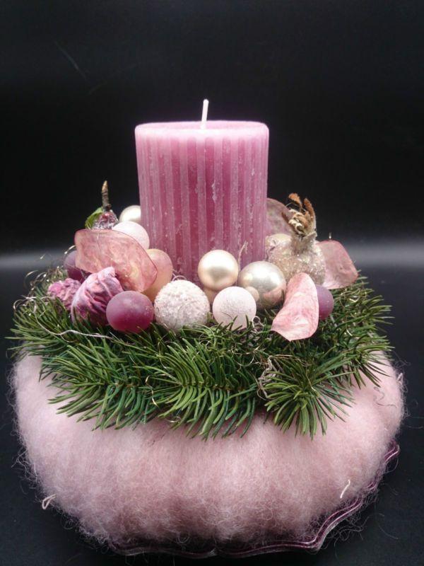 Adventsgesteck mit Kugeln und Früchten auf Teller, rosa, grün