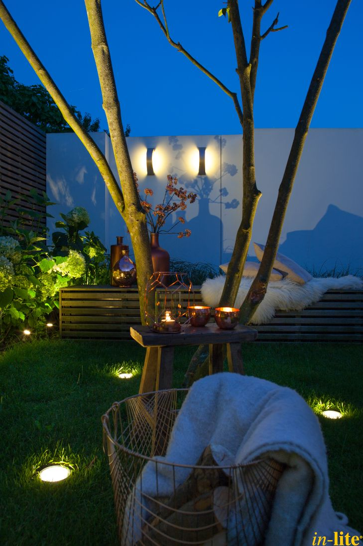 Tuinwand als blikvanger   Wandlamp CURV   Buitenverlichting 12V   Inspiratie   Grondspot NERO   Tuin   Outdoor lighting