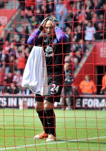 13-14イングランド・プレミアリーグ第36節、サウサンプトン(Southampton)対エバートン(Everton)。オウンゴールで失点し、頭を抱えるエバートンのGKティム・ハワード(Tim Howard、2014年4月26日撮影)。(c)AFP=時事/AFPBB News
