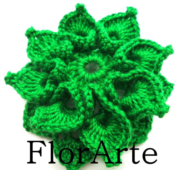 Linda flor de oito pétalas, confeccionada com o fio libra esterlina numero 5 na cor verde bandeira.