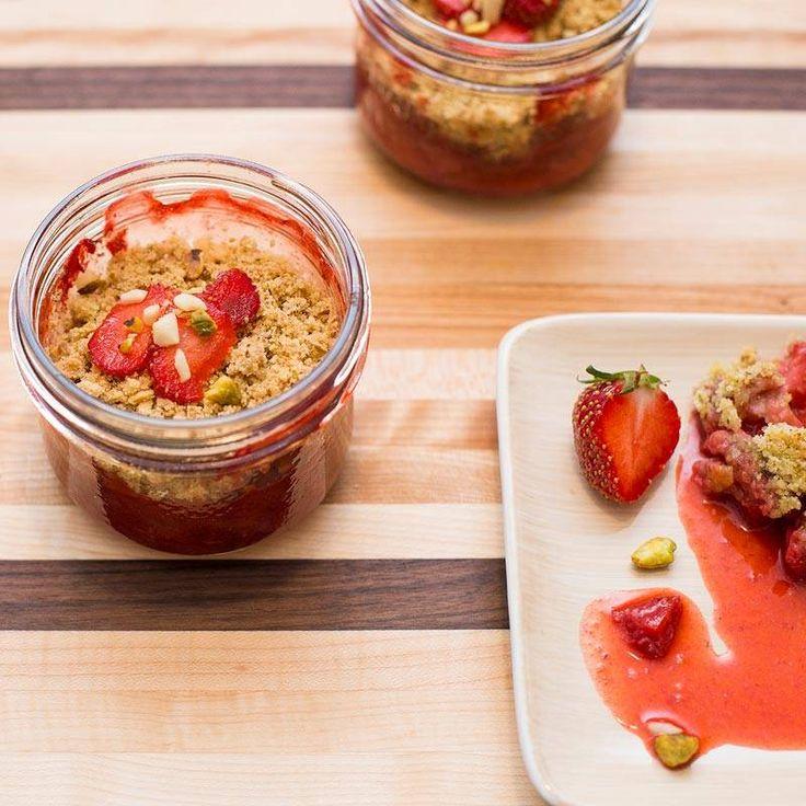 Magazine - Crumble de fraises, pistaches et amandes