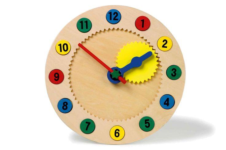 Geweldige leerklok met verzonken cijfers, die door middel van magneten op hun plaats worden gehouden! De clou bij dit artikel: niet alleen de tijd kan worden geleerd, maar ook technisch begrip wordt geoefend! Want met een wiel aan de achterzijde worden de wijzers met tandwielen net zo bewogen als bij een echte klok!