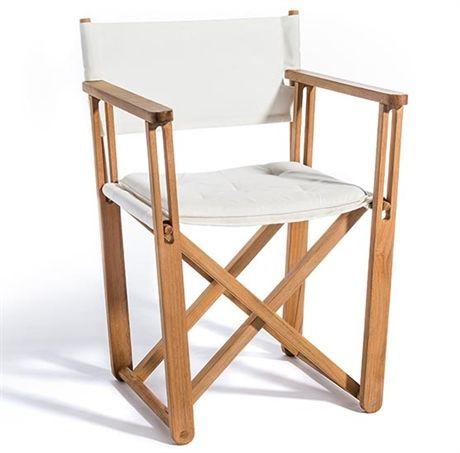 Kryss är en hopfällbar matstol för balkonger och andra mindre utrymmen. Regissörstolen har en stomme i teak och sits med ryggstöd i svart Sunbrella eller i naturfärgad canvas.