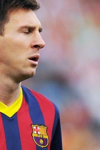 Sábado tenebroso : Olá amigos,  Ontem o Barcelona enfrentou o Almeria e venceu por 2 x 0, gols de Messi e Adriano. Logo após o gol Messi sentiu e foi substituido, hoje foi constatado que ele sofreu uma lesão fibrilar  no bíceps femoral da perna direita, e ficará de duas à três semanas em recuperação. Fiquei tão triste e estou tão pra baixo que nem tenho vontade de comentar mais nada.  Bjs | yolepink