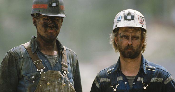 Como remover o pó de carvão das roupas de trabalho. Quando pedaços ou o pó do carvão acabam em suas roupas de trabalho, pode parecer que é possível remover a sujeira com uma escova. Mas fazer isso pode friccionar o carvão, tornando a mancha pior. Carvoeiros ou pessoas que trabalham perto de carvão têm dificuldades em manterem-se limpos. A substância é naturalmente poeirenta e você precisa remover ...