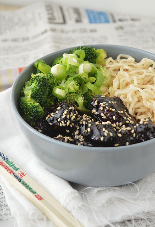 Noodles met Mongolian Beef en Broccoli een heerlijke, snelle wokmaaltijd die je binnen 30 minuten op tafel zet.