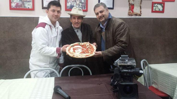 Foto ricordo con Errico Porzio della pizzeria Lampo2 Soccavo Napoli e l'ideatore, produttore e regista del programma Gennaro 'o masto d''a pizza, Francesco Contrastato, al momento della consegna della pizza con l'immagine di Gennaro 'o masto d''a pizza.