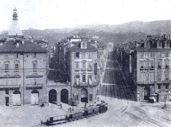 Torino: 1884- Il trenino a vapore per Gassino imbocca via PO mentre dalle case spunta la cupola della Mole in costruzione.