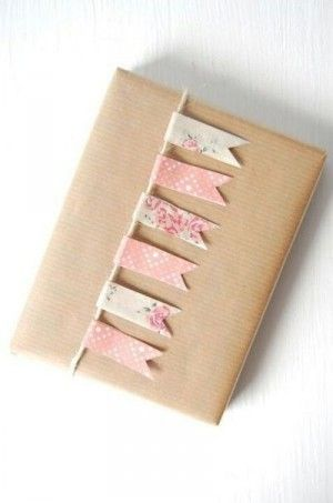 cadeautje inpakken met vlaggetjes lijn van printpapier