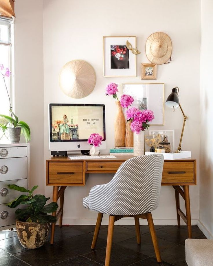 No such thing as Monday blues with this work space. How to style your home office in a way that keeps it warm and cosy and never too clinical? Natural wood and textured seating. A little bit of colour helps too! We love this office inspo. #interiors #office #werk #monday #mondaymotivation #home #house #gaff