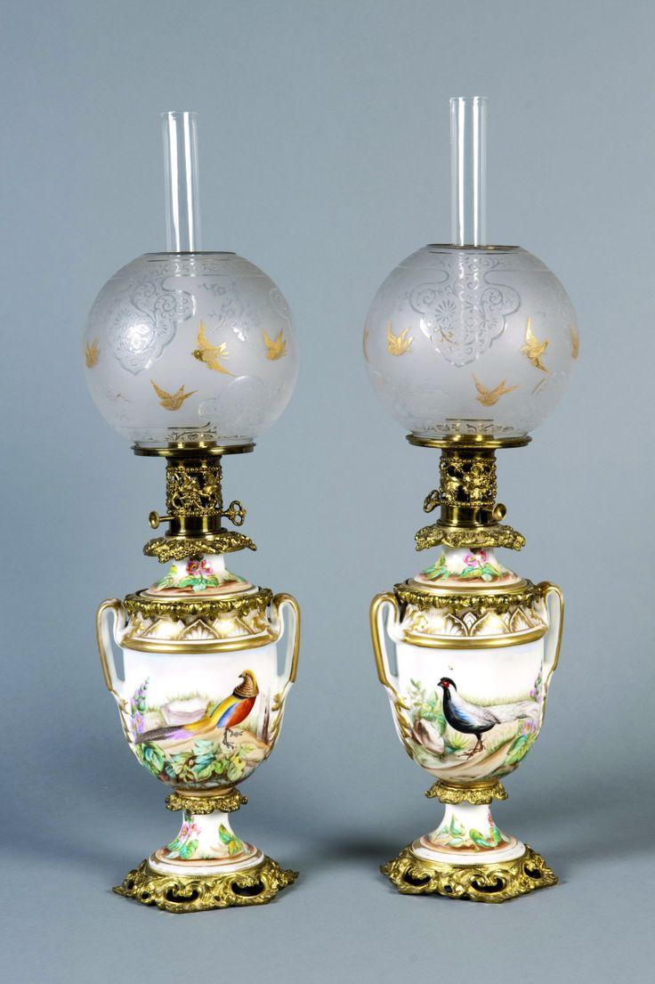 Paire de lampes à pétrole en porcelaine blanche et rehauts d'or à décor de fleurs et d'oiseaux polychrome Monture en bronze 60 cm