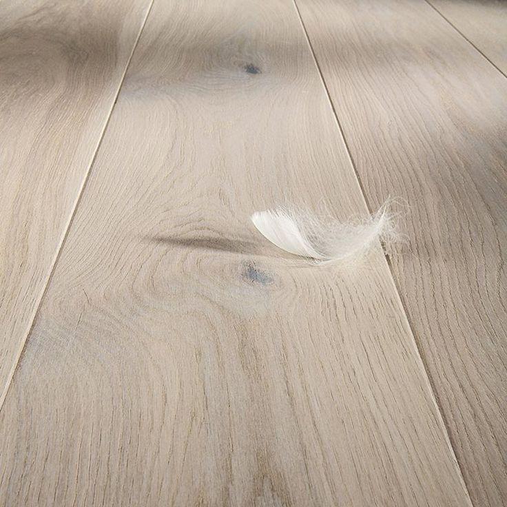 Vackert och exklusivt plankgolv med vitlaserad askig yta.
