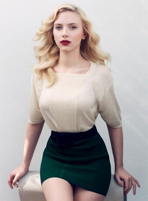 Good outfit for hourglass.  High-waisted green pencil skirt with cream top.