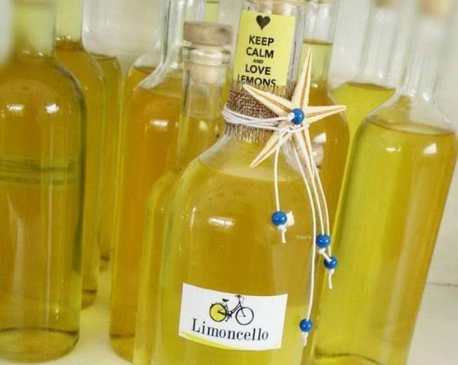 Limoncelo  Μια λεμονιά μας δίνει λεμόνια όλο το χρόνο και είπα να τα εκμεταλλευτώ! Αφού έχουμε μοιράσει λεμόνια σε φίλους και γνωστούς ε είπα να φτιάξω και το γνωστό σε όλους limoncelo. Από μια αναζήτηση στο