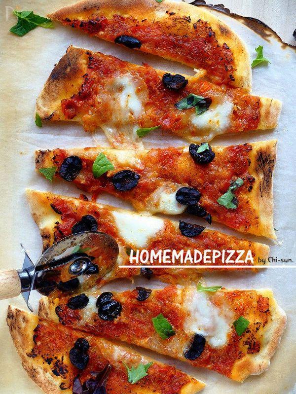ボウルの中で軽く鍛えればOK♪  二次発酵はありません。  適度にふわっと、何気にモチっとした配合。  プレーンで食べても美味しく、扱いやすい生地です。  冷凍も出来て便利!  自由な厚みで好みのおうちピザを楽しんで下さい(^^)