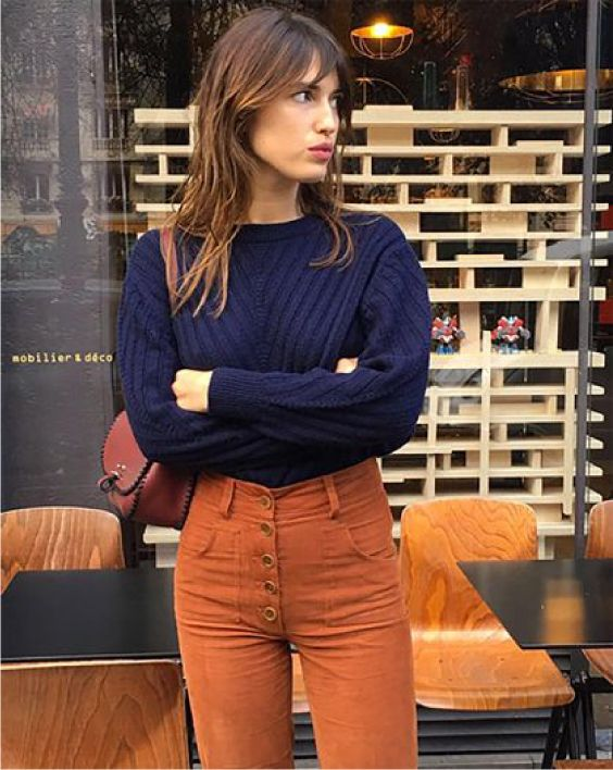 Suéter azul marinho, calça marrom conhaque
