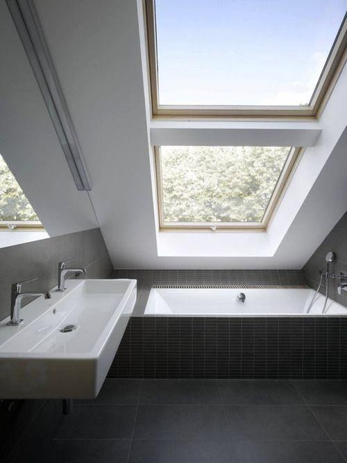 Kleine moderne #badkamer onder schuin dak