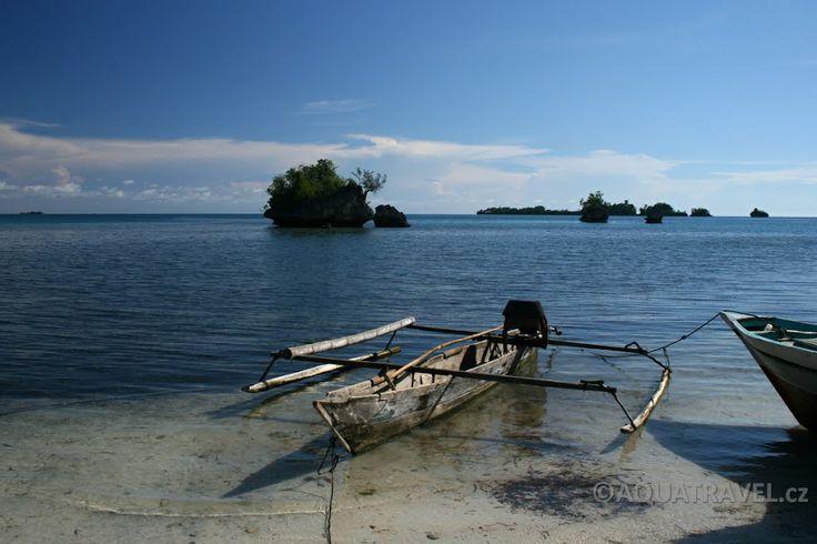 Togianské ostrovy, lodičky na pláži u ostrova Batudaka v Bombě