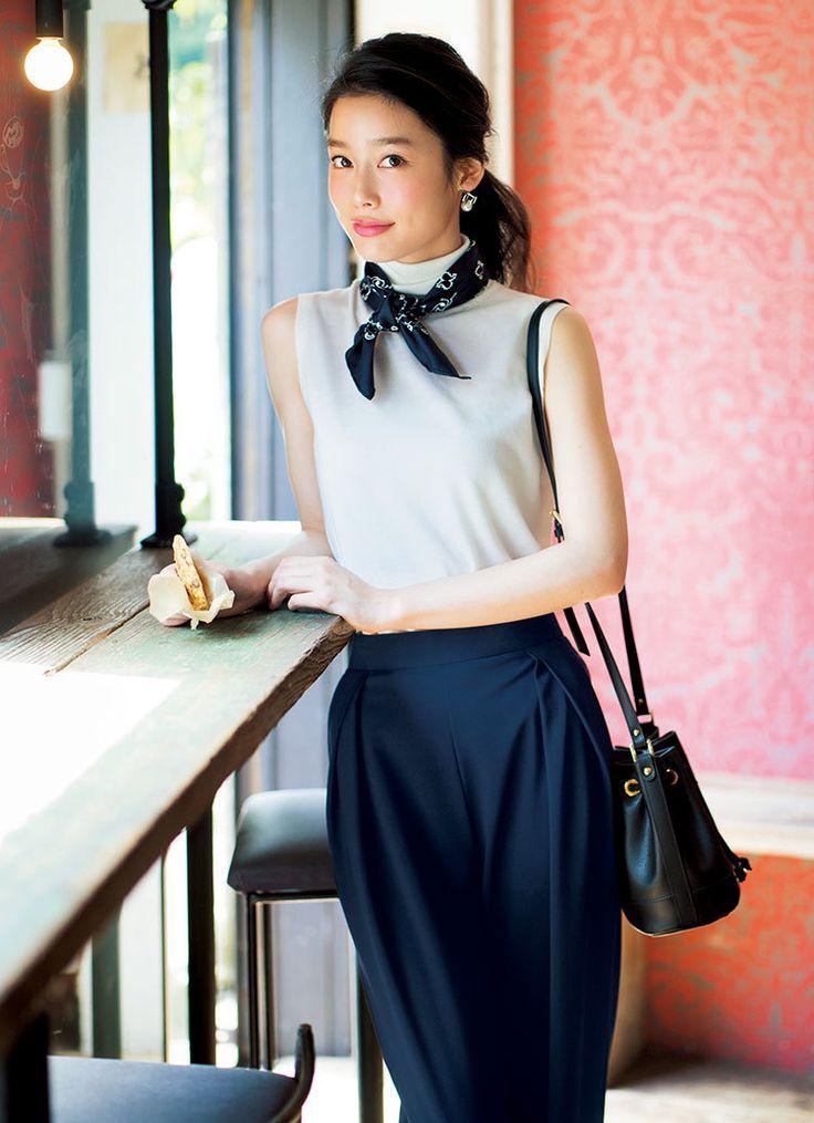 首元にスカーフを巻いて綺麗めコーデを目指せ☆夏ファッションのタートルネックコーデ参考♪