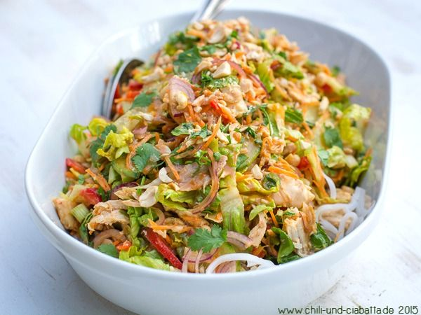 Thai-Hähnchensalat mit Reisnudeln   Chili und Ciabatta
