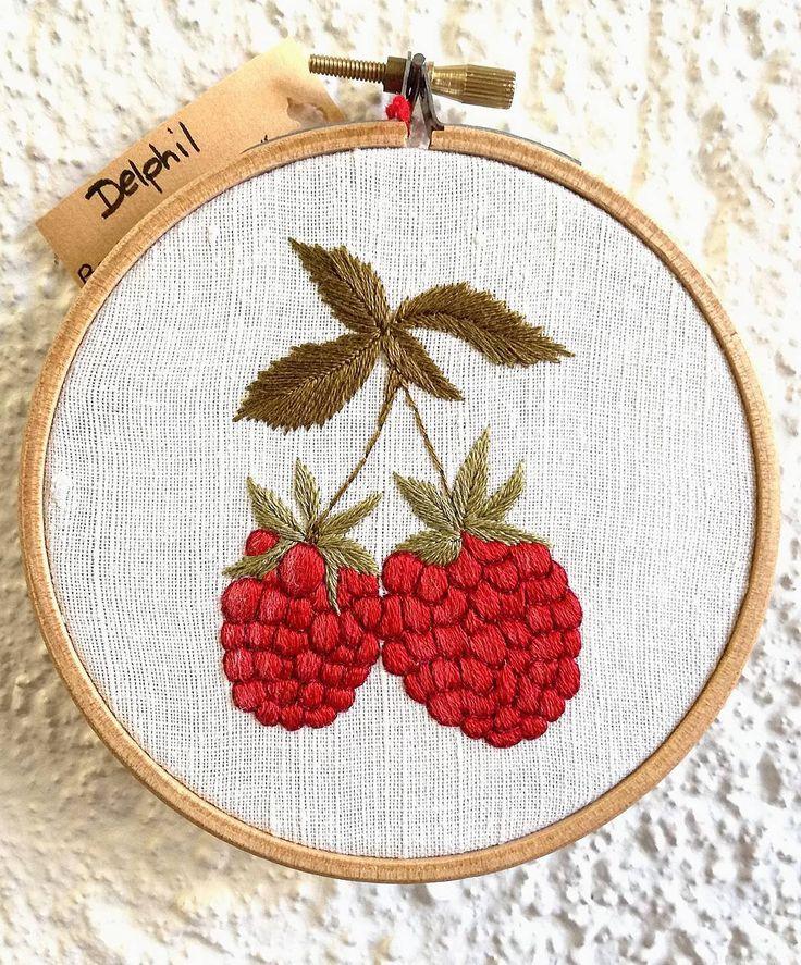 Prêtes à croquer ! Disponible au salon du made in France à Paris portes de Versailles le 10, 11 et 12 novembre ! ❤ @larevolutiondufaitmain . . . . . . . #framboise #raspeberry #hoopembroidery #floral #botanique #botanic #fruit #fleur #fruits #red #rouge #handembroidery #embroidery #embroideryart #broderie #broderiemain #handmade #faitmain #brodeuse #embroiderer #embroidered #madeinfrance #delphil #tatoueusedetissu #modernembroidery #stitch #stitching #contemporaryembroidery…