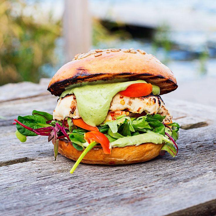 Vi vill gärna grilla mer vegetariskt, och bland det enklaste – och godaste – är halloumiburgare.