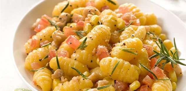 La Salteña   Recetas   Ñoquis sabor Calabaza con salsa de oliva, pollo, tomate y choclo