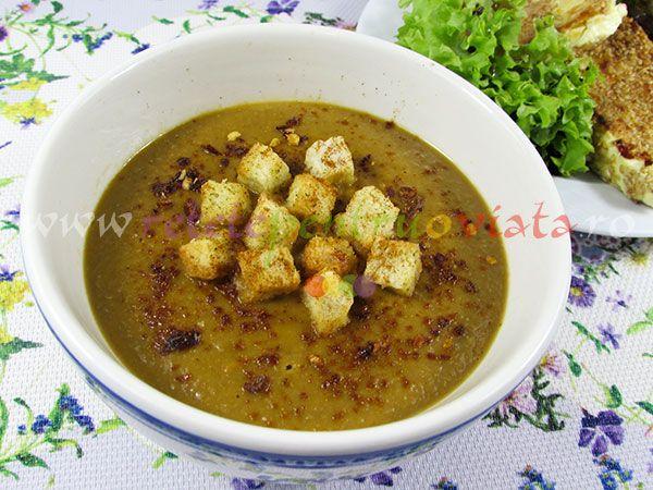 Supa crema de linte verde este delicioasa, sanatoasa, fina si aromata. Se serveste cu crutoane si cu felii de branza prajita cu susan.
