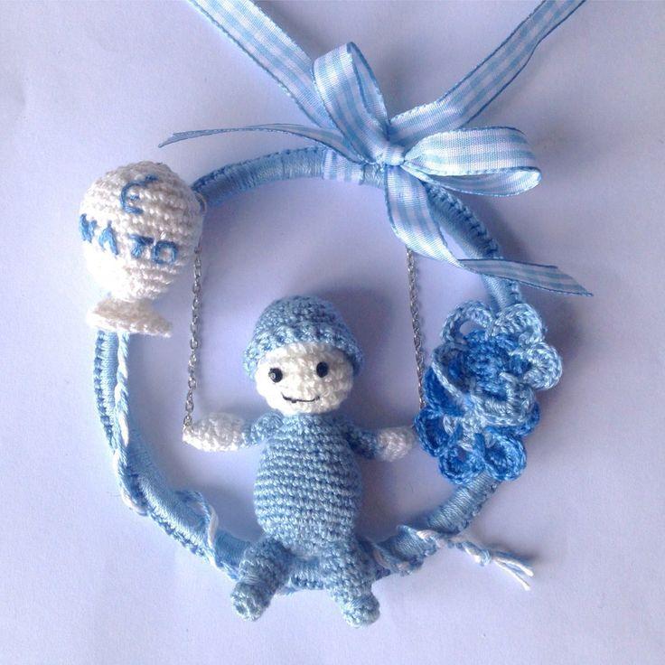 Fiocco nascita azzurro all'uncinetto con bimbo sull'altalena, palloncino e fiori, fatto a mano, by La piccola bottega della Creatività, 20,00 € su misshobby.com