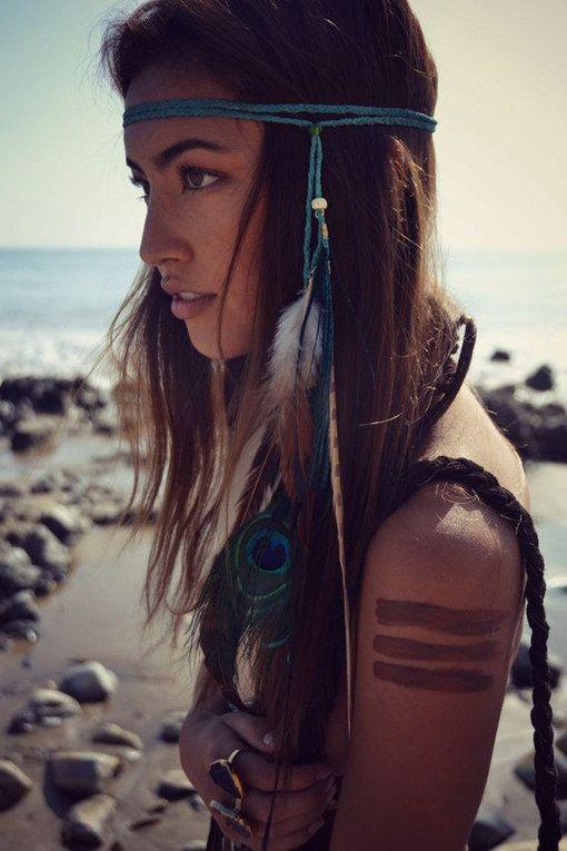 Coiffure bohème avec headband à plumes