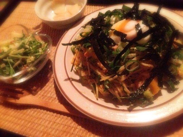 美味しいけど海苔はかけ過ぎると見栄え悪いですね、、、 - 7件のもぐもぐ - 塩鮭とメカブと深谷ネギのホワイトソースパスタ 温玉と牡蠣醤油漬け海苔添えと水菜と林檎のサラダ by toki69