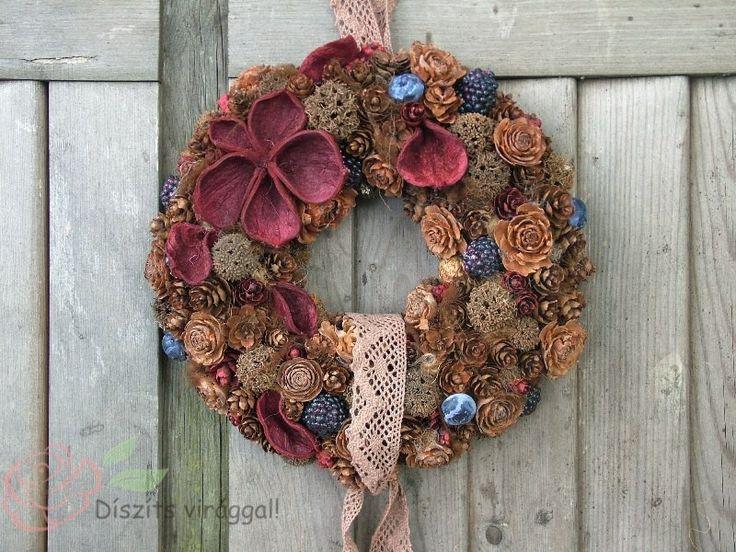 Dekoratív őszi ajtódísz bordó és natúr színvilágban áfonyákkal és szedrekkel.