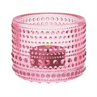 Den omtyckta Kastehelmi ljuslyktan kommer från finska Iittala och designades av Oiva Toikka 1964. Ljuslyktan är tillverkad i fint glas och har ett vackert mönster som är inspirerat av daggdroppar. Placera en eller flera lyktor på bordet och mixa gärna flera olika färger för en fin effekt! Färg: Blekrosa