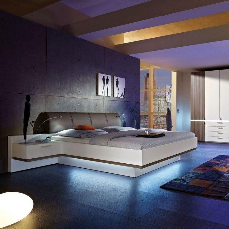 table de chevet suspendue, lit design en blanc laqué, parement mural en béton banché et tapis patchwork