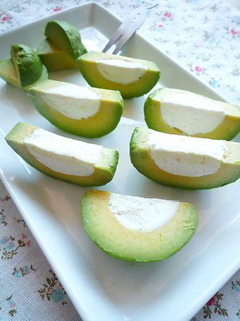 アボガドの種を抜いて、クリームチーズをたっぷり詰めました。  へた部分が可愛くお皿に盛られているのがオシャレですね。レモンがかかっていて、さっぱりといただけます。