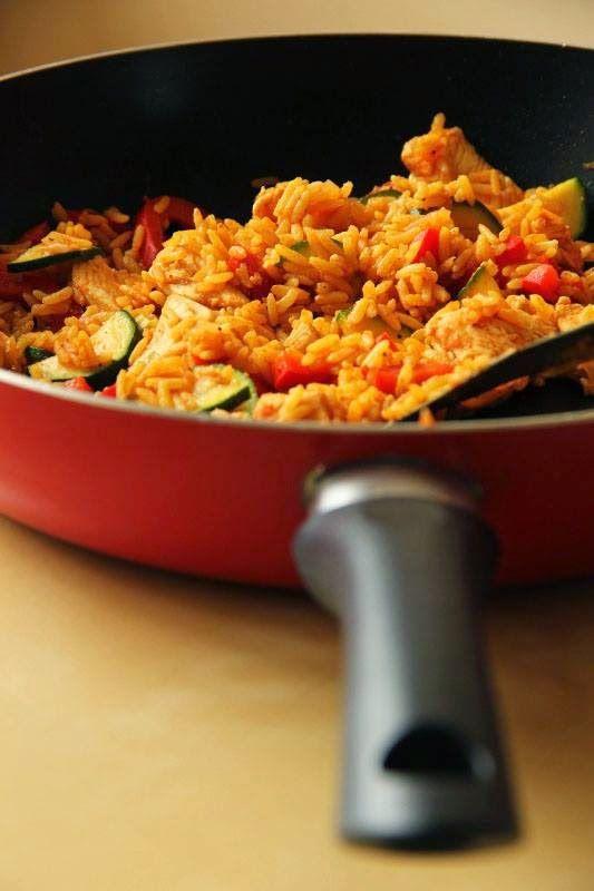 Crispy Biscuits : Pełnoziarnisty ryż curry z kurczakiem, papryką i cukinią w lekkim sosie pomidorowym
