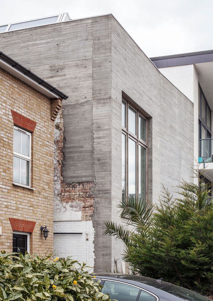 Juergen_Teller_Studio-London-6a_architects X new concrete external walls within the project are poured into the residual fragments of the existing brick boundaries. X the sawn timber shuttering concrete walls is of the same height as London stock bricks,